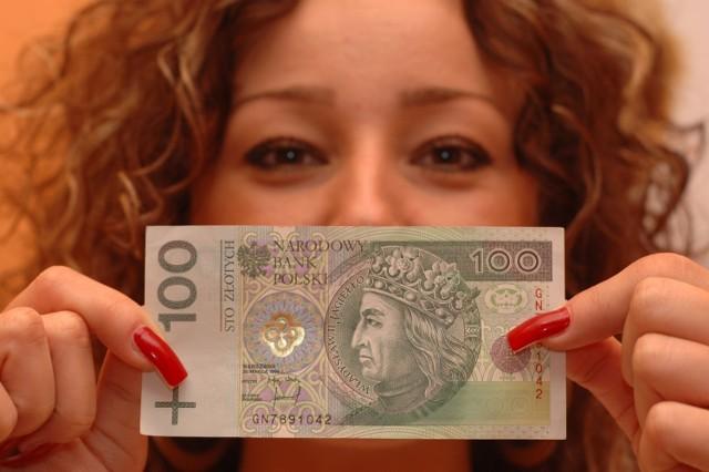 Banknot, który masz w portfelu, może być warty kilkaset, a nawet kilka tysięcy złotych. Jak to możliwe? Znaczenie ma jego numer seryjny. Które banknoty są najbardziej poszukiwane przez kolekcjonerów? Ile są warte? Sprawdź, jakie banknoty trzymasz w portfelu. Możesz zarobić fortunę!   Czytaj dalej  przesuwaj zdjęcia w prawo - naciśnij strzałkę lub przycisk NASTĘPNE  CZYTAJ TAKŻE: Masz takie 10 złotych? Możesz być bogaty i zarobić gigantyczną fortunę!
