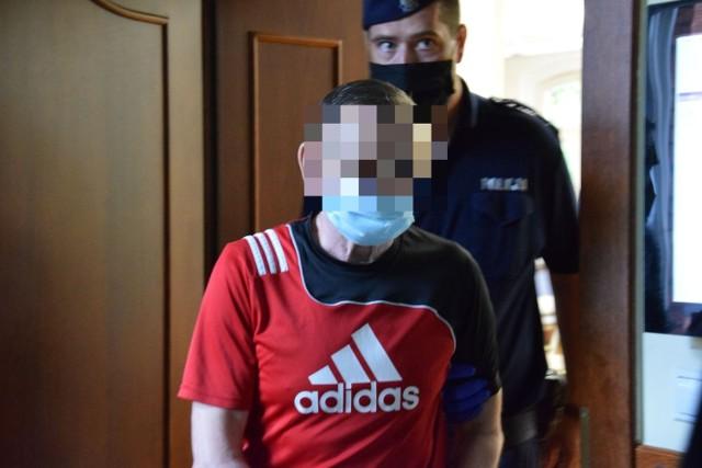 61-letni Krzysztof M. przyznał się do winy i chciał dobrowolnie poddać się karze. Prokurator sprzeciwił się temu, uznając, ze zaproponowana przez oskarżonego kara jest zbyt łagodna.