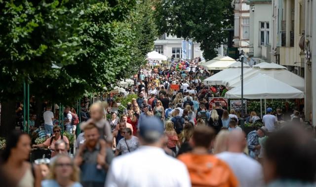 Tłumy turystów na sopockich ulicach i plażach