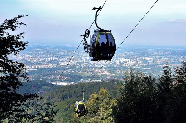 W Bielsku-Białej i jego okolicach czeka mnóstwo atrakcji turystycznych, w dodatku bardzo zróżnicowanych – od górskich wycieczek dla każdego, przez miejskie klimaty, po miejsca związane ze sportowymi emocjami i nie tylko. Przedstawiamy tutaj 10 wybranych atrakcji turystycznych – większość z nich ucieszy i dorosłych, i dzieci.   Licencja