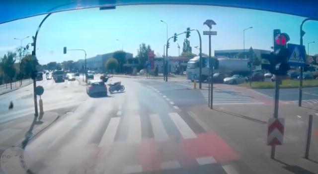W czwartek, 20 maja, w Poznaniu na skrzyżowaniu Lechickiej z Hlonda miał miejsce potworny wypadek. W internecie pojawiło się nagranie ze zdarzenia. Kierowca samochodu zingnorował czerwone światło i potrącił motocyklistę.