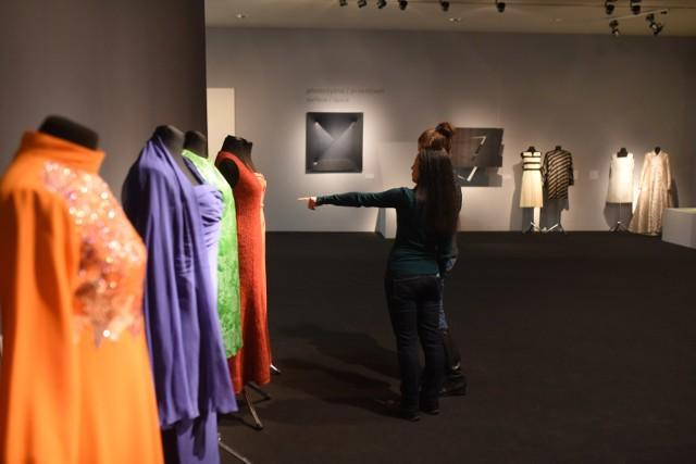 """Najnowsza wystawa w toruńskim CSW """"Znaki Czasu"""" odkrywa zaskakujące przenikanie się plastyki i ubiorów"""