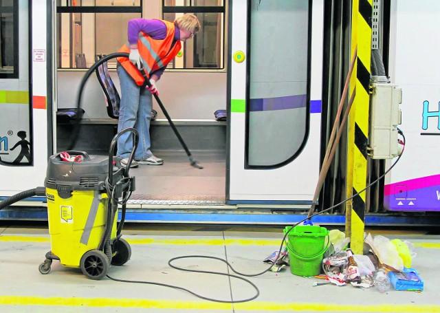 Godz. 22.17 Tuż po zjeździe każdy tramwaj jest dokładnie sprzątany i odkurzany. Śmieci zawsze jest sporo...