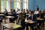 Maturzyści z I Liceum Ogólnokształcące im. Tadeusza Kościuszki w Koninie pisali test rozszerzony z matematyki .