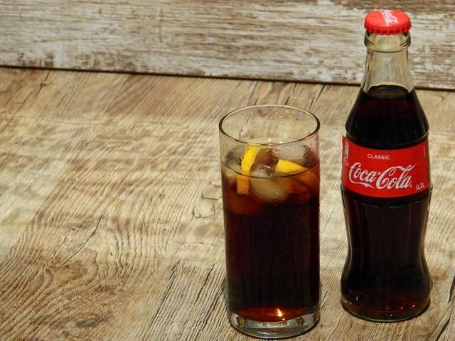 Stanem na 14 stycznia, ceny na Coca-Cole w menu z dostawą w poznańskich restauracjach zaczyna się od 3 zł za 330 ml. W niektórych lokalach można jeszcze zamówić 500 ml koli za 4,5 zł. Jednak niektórzy sprzedają Coca-colę 0,25l za 7 zł.   Czytaj dalej-->