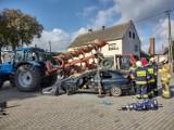 Człowiek pod traktorem, pług wbity w kabinę - tak wyglądają wypadki w rolnictwie. Strażacy pokazali w Mechnicy techniki ratownicze