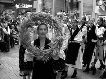 Rumuńscy tancerze z dożynkowym wieńcem.  JACEK ROJKOWSKI