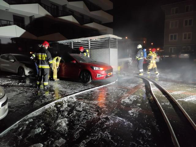 Spłonął śmietnik i dwa samochody