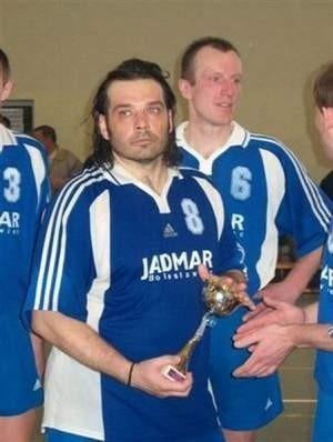 W poprzednim sezonie Dariusz Ratajczak wywalczył ze zespołem awans do II ligi. Na zdjęciu z pucharem za zajęcie drugiego miejsca w turnieju finałowym.  FOT. BERNARD ŁĘTOWSKI