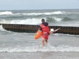 Incydent na plaży w Ustce. Dwie osoby miały problem z wyjściem z morza