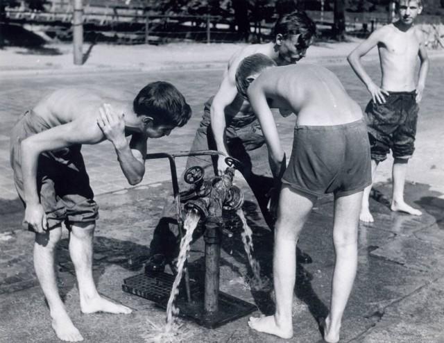 10 lipca 1970 roku, hydranty.  CZYTAJ TEŻ: Gdzie nad wodę we Wrocławiu? (CENY, ADRESY)