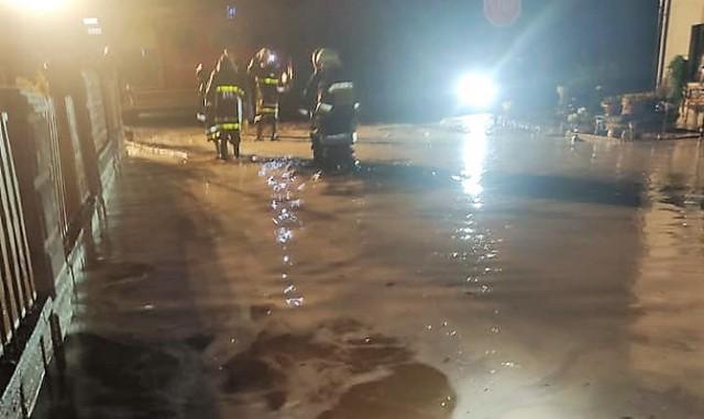Błotna lawina zalała drogi, domy. Dramatyczna nocna akcja w Borucinie