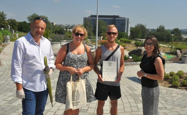 Sylwia i Łukasz ze Starachowic (para w środku) odebrali prezenty od dyrektora Geoparku,  Mirosława Hejduka oraz kierowniczki, Ogrodu Botanicznego, Katarzyny Sochy.