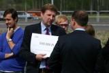 Marek Migalski próbował wręczyć Jarosławowi Kaczyńskiemu czek na wybory w Rybniku