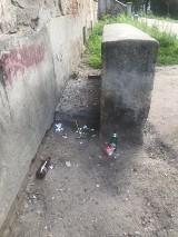 Publiczna toaleta i śmieci na podzamczu