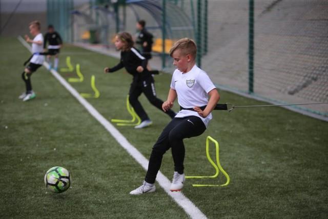 W Akademii Rozwoju młodych piłkarzy szkoli się według programów treningowych opracowanych przez PZPN  Zobacz kolejne zdjęcia. Przesuwaj zdjęcia w prawo - naciśnij strzałkę lub przycisk NASTĘPNE