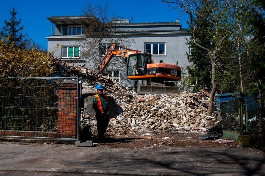 Wyburzanie kamienicy na skrzyżowaniu ulic Markwarta i Sienki...