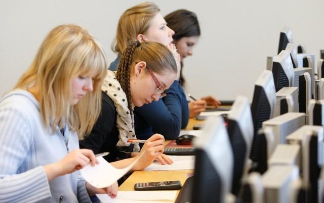 Prezentujemy raport Portfel Studenta 2020 opublikowany przez Związek Banków Polskich i Warszawski Instytut Bankowości.  Zobacz kolejne plansze ze szczegółowymi danymi o zarobkach absolwentów konkretnych kierunków. Przesuwaj zdjęcia w prawo - naciśnij strzałkę lub przycisk NASTĘPNE