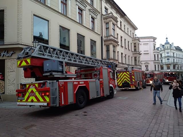 Do zdarzenia doszło dziś przed godziną 11. W popularnej restauracji Pizza Hut przy ul. Szerokiej włączył się alarm przeciwpożarowy. Kilka minut później na starówce pojawiły się 4 zastępy straży pożarnej. To o jeden wóz strażacki więcej niż zwykle. Akcja przebiegła błyskawicznie, bo jak mówi rzecznik straży, to na szczęście fałszywy alarm.  - Nic się nie stało. W restauracji włączyła się czujka przeciwpożarowa, a chwilę później alarm. W związku z tym podjęliśmy szybką interwencję, ale alarm okazał się na szczęście fałszywy - komentuje Przemysław Baniecki.  Zobacz także: Kujawsko-Pomorska Lista Płac 2020. Tak płacą na UMK w Toruniu. Od sprzątaczki do profesora [najnowsze stawki]