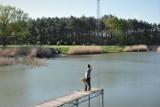 Ciekawe miejsce, na niedzielny wypad za miasto. Jeziorko Koźlarskie w Chlastawie. Tutaj można wypocząć! [Zdjęcia]