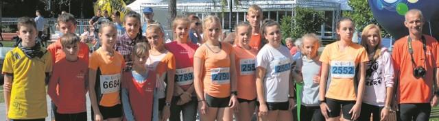 Trener Sylwester Dudek (z prawej) ze swoimi podopiecznymi po biegach w Mielcu. 12 osób z Rudnika zajęło miejsca na podium.