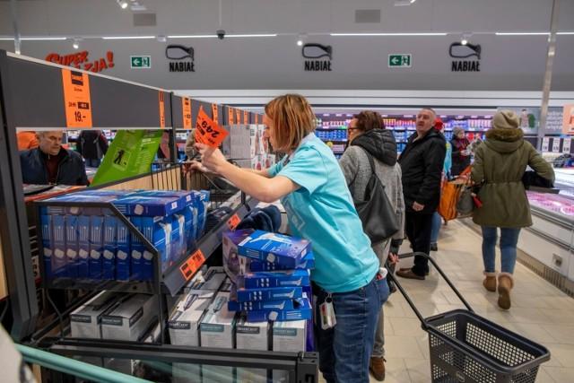 W ciągu ostatniego miesiąca w sklepach najpopularniejszych sieci sklepów wzrosły ceny. W Lidlu cena w styczniu za standardowy koszyk z 50 produktami takimi jak chleb, olej, jajka, ser, banany, czekolada wzrosła w stosunku do grudnia o ponad 40 zł.   Zobacz, jak wzrosły ceny w dyskontach w ciągu miesiąca --->