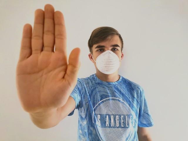 Profilaktyka jest najskuteczniejszą metodą chroniącą przed zakażeniem koronawirusem SARS-CoV-2. Proste wskazówki zmniejszają ryzyko infekcji. Oto 10 zasad, które każdy z nas powinien wdrożyć w swoim życiu w dobie pandemii.   Zobacz kolejne zdjęcia/plansze. Przesuwaj zdjęcia w prawo - naciśnij strzałkę lub przycisk NASTĘPNE
