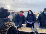 Lewicowy poczęstunek na święta na targowisku przy placu Narutowicza w Tomaszowie ZDJĘCIA, FILM