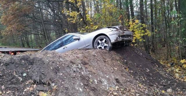 Do zdarzenia doszło w poniedziałek (7 listopada) na starej drodze S3 koło miejscowości Marwice pod Gorzowem.  Nie było potrzeby wzywania na miejsce policji. Nikomu nic się nie stało. Jedyne straty, to uszkodzony mercedes. Jego kierowca najprawdopodobniej nie zachował należytej ostrożności podczas jazdy. W dodatku nie zauważył znaków i nasypu na drodze. W rezultacie rozpędzone auto wjechało w usypaną skarpę.  Przeczytaj też:   Strzały w Gorzowie. Konwojentom uciekał więzień zakładu karnego