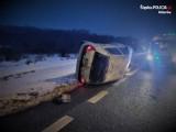 Wypadek w Łaziskach Górnych. Samochód przewrócił się na bok