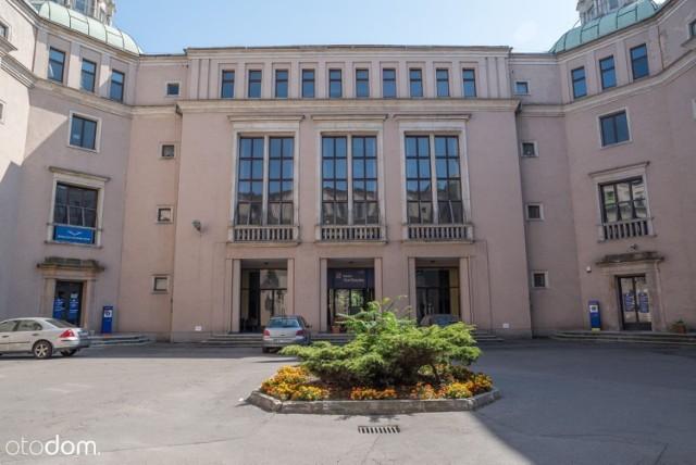 Lokal mieści się w budynku Pałacu Dożów przy ulicy Ujastek 1.