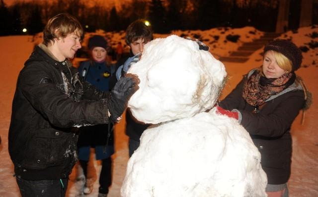 Młodzi lubią zabawę w śniegu: lepienie bałwana, kuligi, bitwy na śnieżki