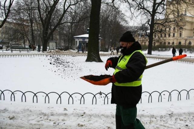 Fusy z kawy zamiast soli na chodnikach w Szczawnie - Zdroju? Takie rozwiązanie proponuje radny Adam Jennings.