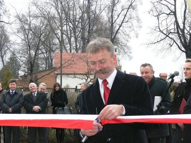 Burmistrz Kaliński przecina wstęgę