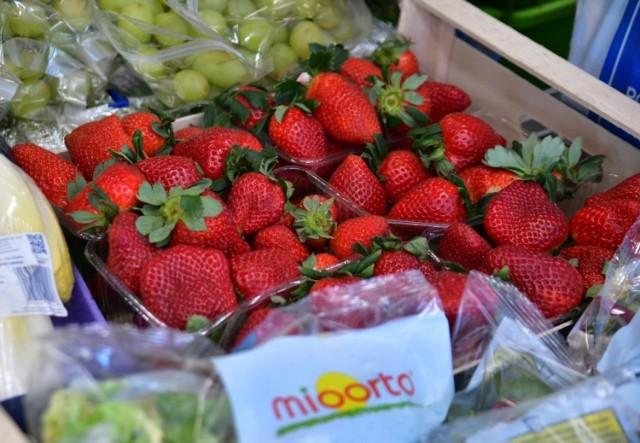 """Na targowisku """"Przy Śląskiej"""" w Radomiu zawsze znajdziemy świeże warzywa i owoce. Na straganach pojawiły się już pierwsze truskawki.  Za kilogram trzeba było zapłacić 28 złotych. >"""