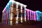 Pruszcz Gdański. Podświetlony Urząd Miasta mienił się kolorami w Światowy Dzień Chorób Rzadkich |ZDJĘCIA