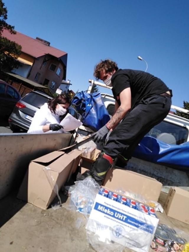 Strażacy-ochotnicy z Czarnowa oraz OPS Krosno Odrzańskie dostarczyli żywność dla potrzebujących mieszkańców gminy.