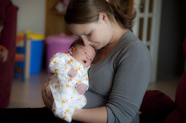 Coraz więcej kobiet decyduje się głośno mówić i pokazywać zarówno blaski, jak i cienie macierzyństwa.