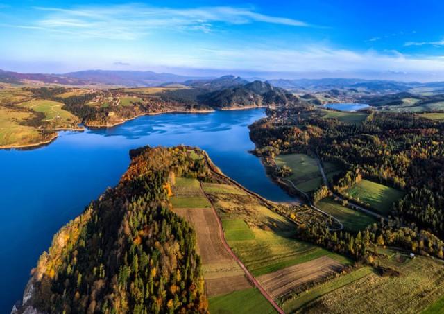 Jest to zbiornik wodny na Dunajcu, w Kotlinie Nowotarskiej, pomiędzy Pieninami  a Gorcami, powstał przez zbudowanie w Niedzicy zapory wodnej. Głębokość sięga do 49 m. Oprócz relaksu nad jeziorem można również zwiedzić m.in. Zamek Dunajec, Czorsztyn, skansen oraz tajemna Górę Wdżar.  Rejsy po Jeziorze Czorsztyńskim są czynne od godz. 10:00 - 16:00. Cena za rejs: dorośli: 20 zł, dzieci (od 4 do 15 lat): 16 zł Plaża nad Jeziorem Czorsztyńskim jest czynna od soboty do wtorku od godz. 10:00 - 18:00. Wstęp na plaże jest bezpłatny.  Jezioro Czorsztyńskie