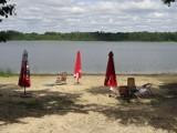 Klimatyczna plażowa perełka nad Jeziorem Głębokie. To plaża ,,pubrowska''. Spokój, cisza. Idealna dla rodzin z dziećmi