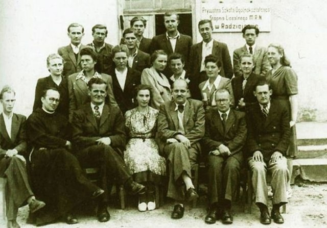 Kadra nauczycielska, lata 30  XX w. Fundusze na szkołę pochodziły z ofiarności społecznej. Właścicielem gimnazjum był Zarząd Towarzystwa Kulturalno-Oświatowego w Radziejowie
