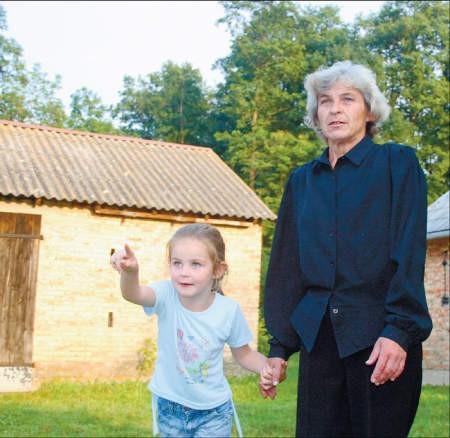 Pani Jadwiga i jej wnuczka Ola ani myślą wracać do miasta, foto: Małgorzata Ziółkowska
