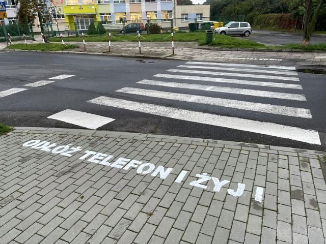 Takie napisy powstały na wybranych przejściach dla pieszych w Krośnie Odrzańskim. To akcja miejscowej Straży Miejskiej.