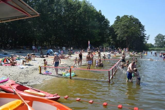 Co prawda do tej pory w wakacje pogoda nas nie rozpieszcza, ale mieszkańcy Żor i okolic każdą chwilę spędzają na kąpielisku Śmieszek.   Niestety, wypoczynek potrafią uprzykrzyć... inni wypoczywający. Co nas drażni, a czego nie tolerujemy na kąpielisku Śmieszek?  Kliknij w kolejne zdjęcie i sprawdź >>>