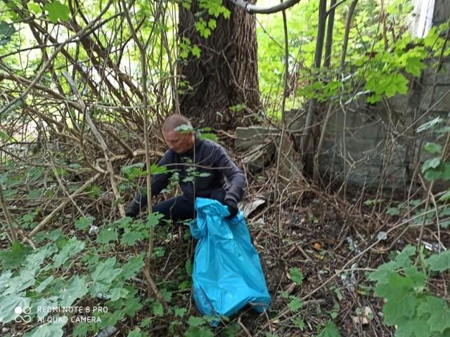 Gniezno. Sprzątanie terenów zielonych przy ulicy Konopnickiej