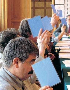 Od tej kadencji cieszyńscy radni podnoszą ręce trzymając niebieskie kartki. Robią tak po to, żeby liczący lepiej widzieli, kto jak głosuje.  WOJCIECH TRZCIONKA