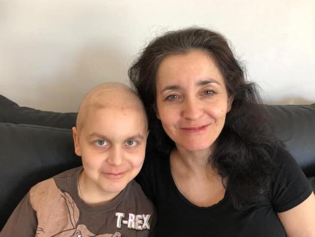 Mateusz to 10-latek, który dzielnie znosi trudny walki z nowotworem mózgu. Pomaga mu mama Agnieszka (razem na pierwszym zdjęciu), rodzina, a także mnóstwo przyjaciół i ludzi dobrego serca