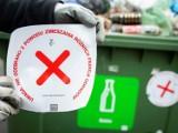 Naklejki na śmietnikach opóźnią wywóz odpadów. Pełne kontenery mają zmotywować warszawiaków do właściwej segregacji