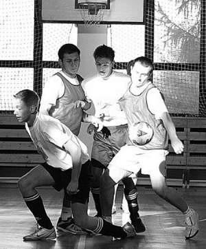 Podczas turnieju zawodnicy z zapałem walczyli o każdą piłkę.