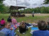 Piknik w Gostchorzu. Mieszkańcy dokształcali się z historii i muzyki na świeżym powietrzu. Ciekawa akcja członków Ligi Mistrzów Pomagania